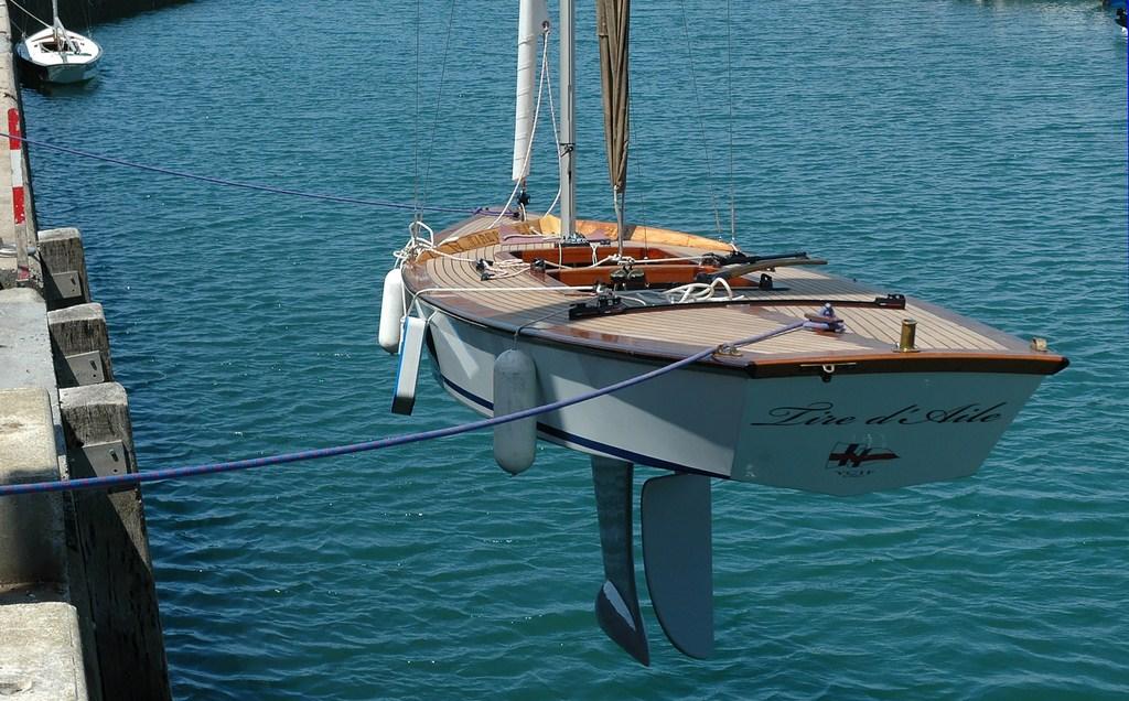 Les tableaux arrières des Aile de l'YCIF:   traditionnellement le nom Aile doit être repris dans le nom du bateau   (Photo YCIF)