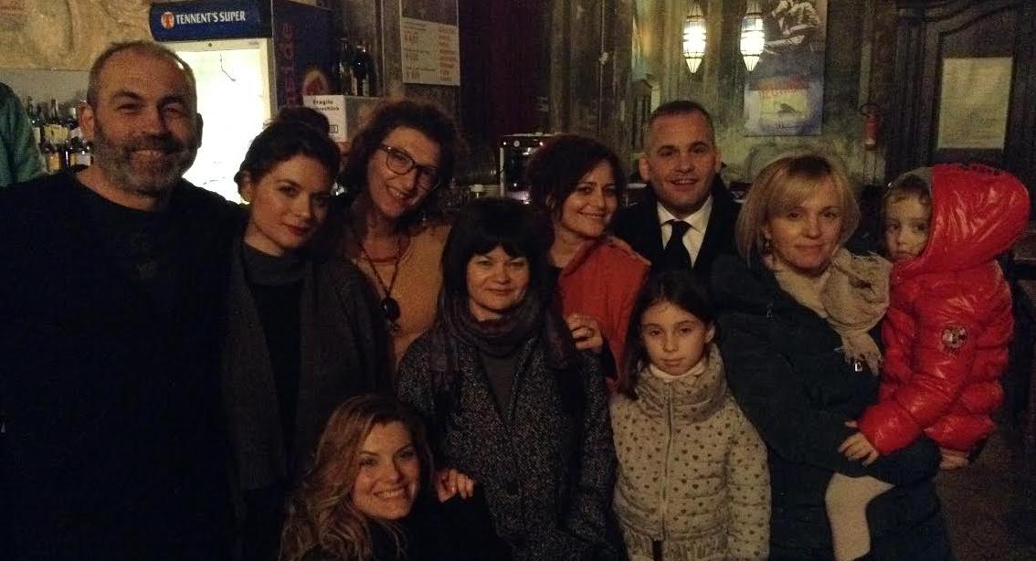 Mërgimtarë shqipëtarë duke ndjekur artisten shqipëtare Duni ne teatrin e Astit/Itali.