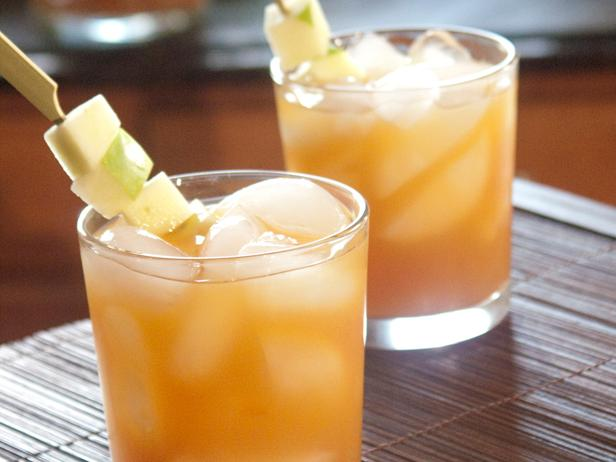 Spiked Cider - Pump up your cider game in 10 minutes. This spiked apple cider cocktail asks for simple ingredients, little time and is perfect for a party, study break or any other group drinking occasions.