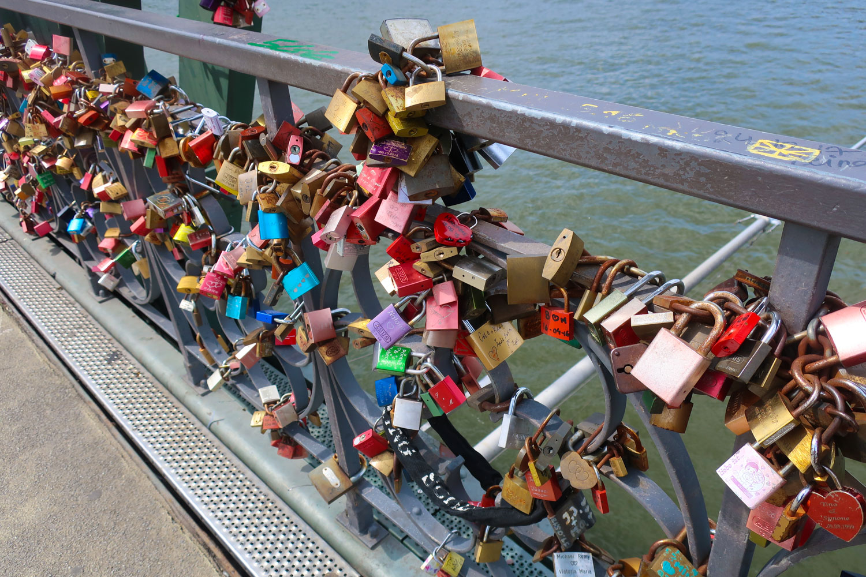 Love Locks - Eiserner Steg -  Frankfurt  Photo: Calvin Wood