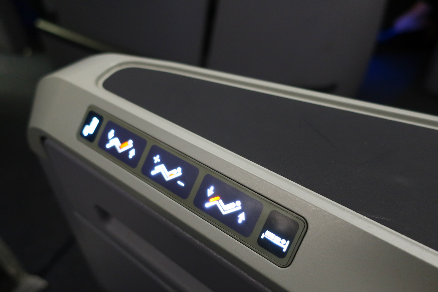 Cocktail Table & Seat Controls - United B 767-400  Photo: Calvin Wood