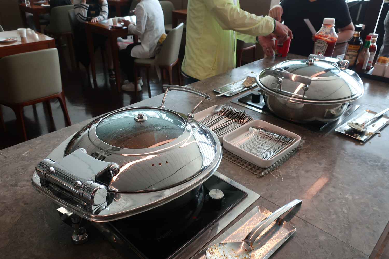 Hot Dishes - Asiana Business Class Lounge - Seoul  Photo: Calvin Wood