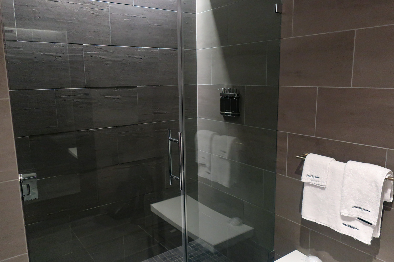 Shower Rooms - United Polaris Lounge - San Francisco  Photo: Calvin Wood