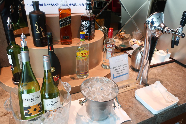 The Bar - Asiana Business Class Lounge - Seoul  Photo: Calvin Wood