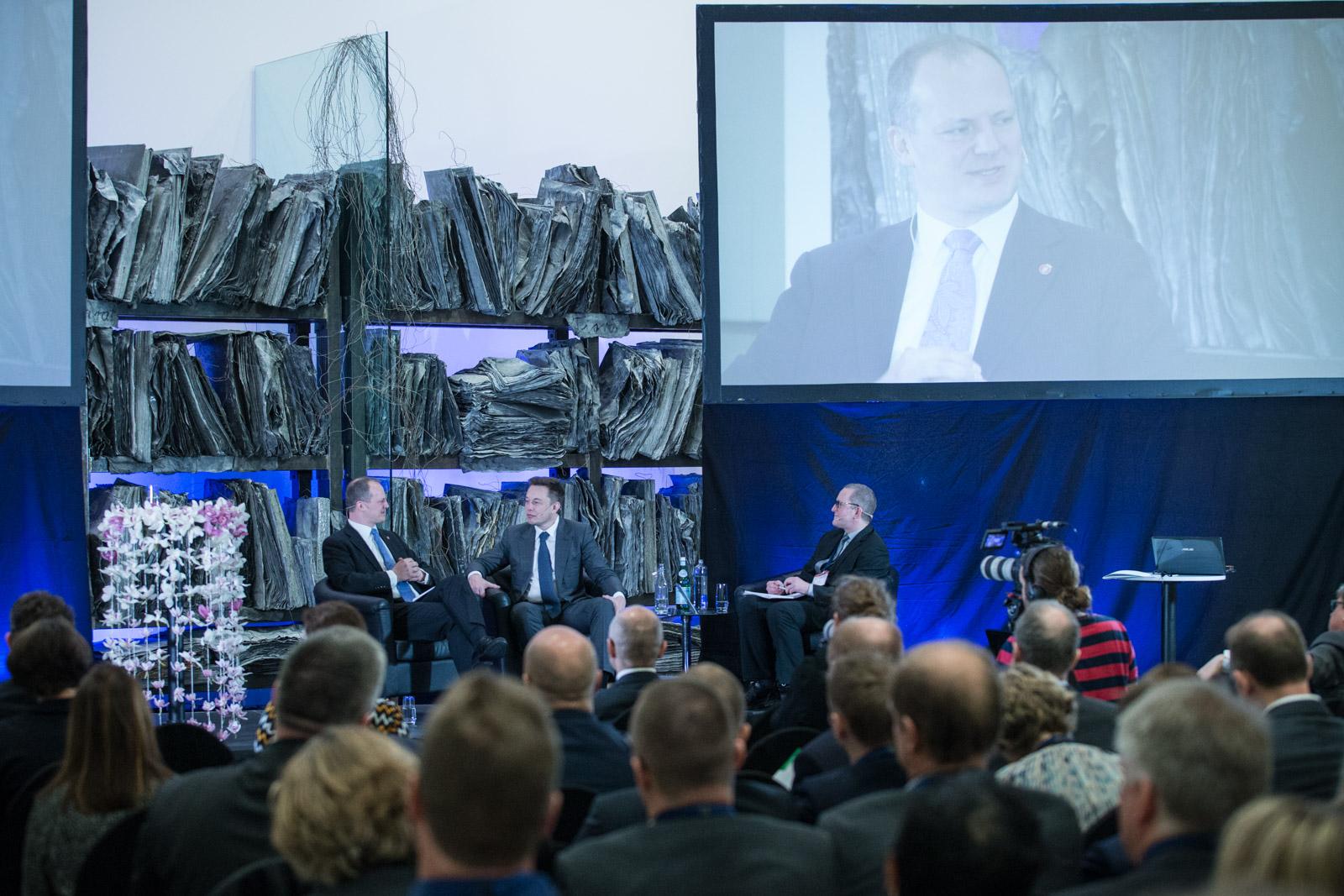 Guttorm Andreasen intervjuer Elon Musk og statsråd Ketil Solvik-Olsen på Regjeringens samferdselskonferanse, Astrup-Fearnley, 2016.