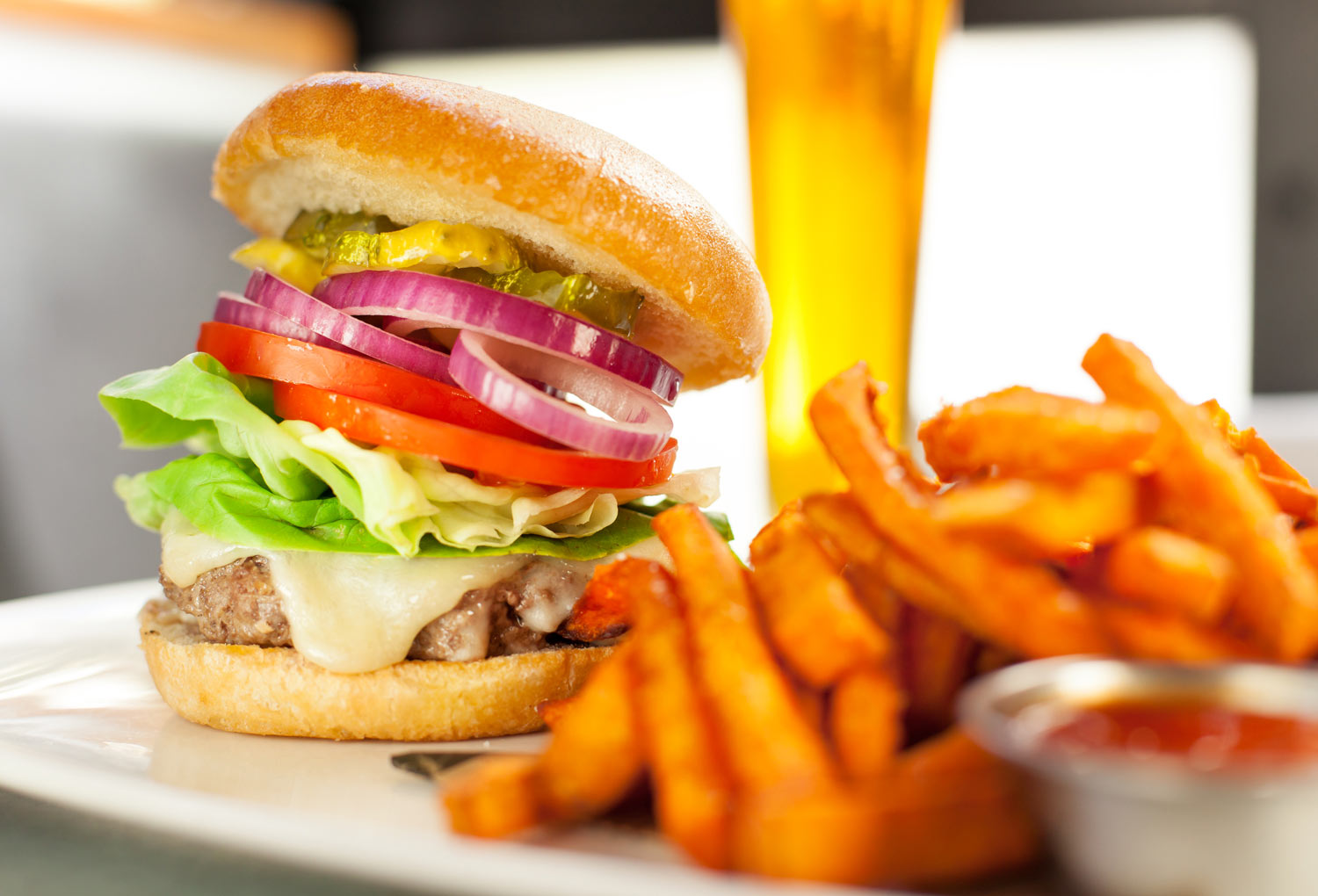 Food_photography_Deluxe_cheese_burger_lettuce_tomatoe_butter_lettuce_pickles-red_onion.jpg
