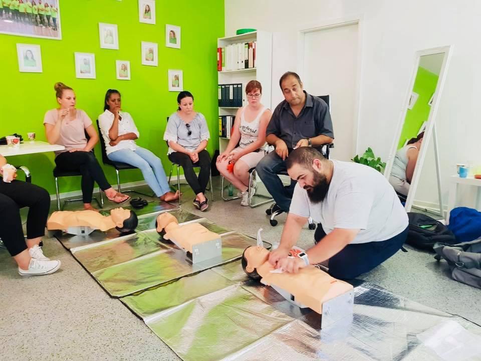 Ein exotischer Moment aus der Teilnahme am Erste Hilfe Kurs des AKTIV Teams in den eigenen Räumlichkeiten.