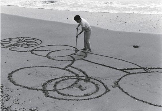 Atsuko Tanaka,  Round on Sand , 1968