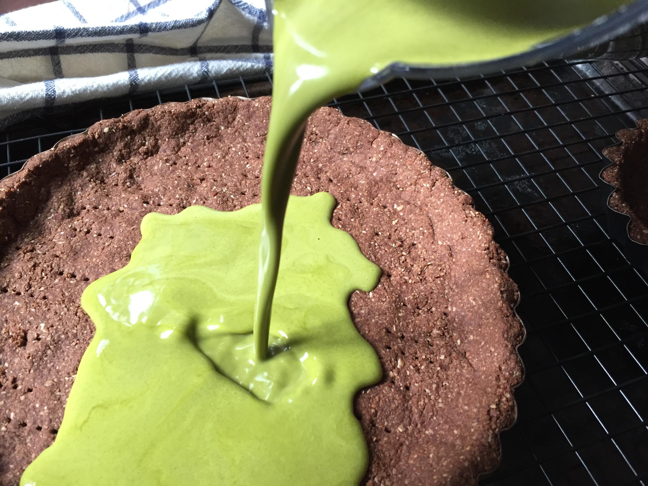 matcha-tart-filling-pour
