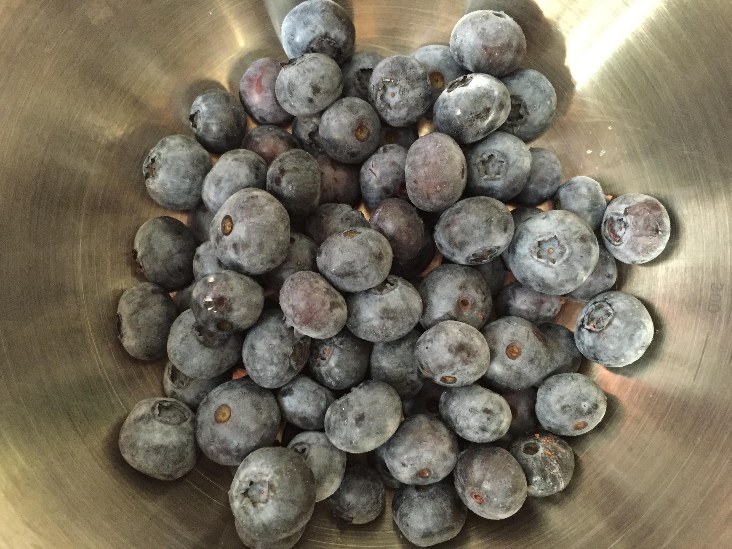 blueberry-cornflake-cookies-fresh-fruit