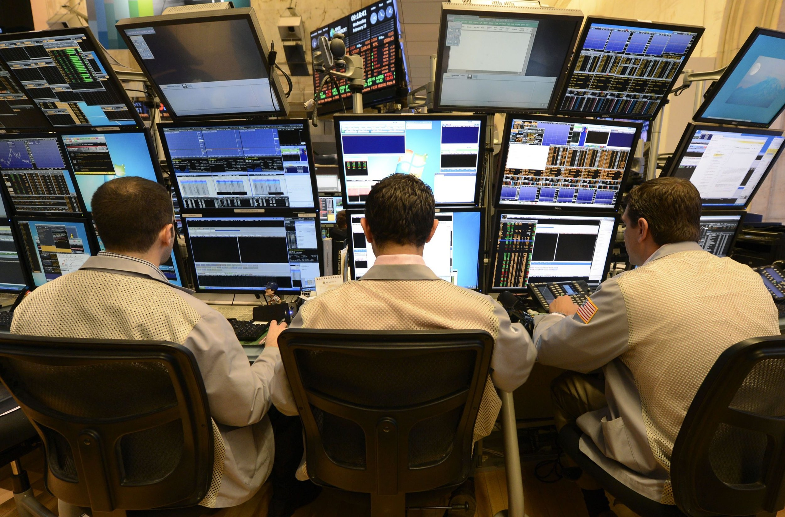 Vertically stack monitors, from wall street. Photo from  SRSV - Systemic Risk and Systemic Value, Sept 2014