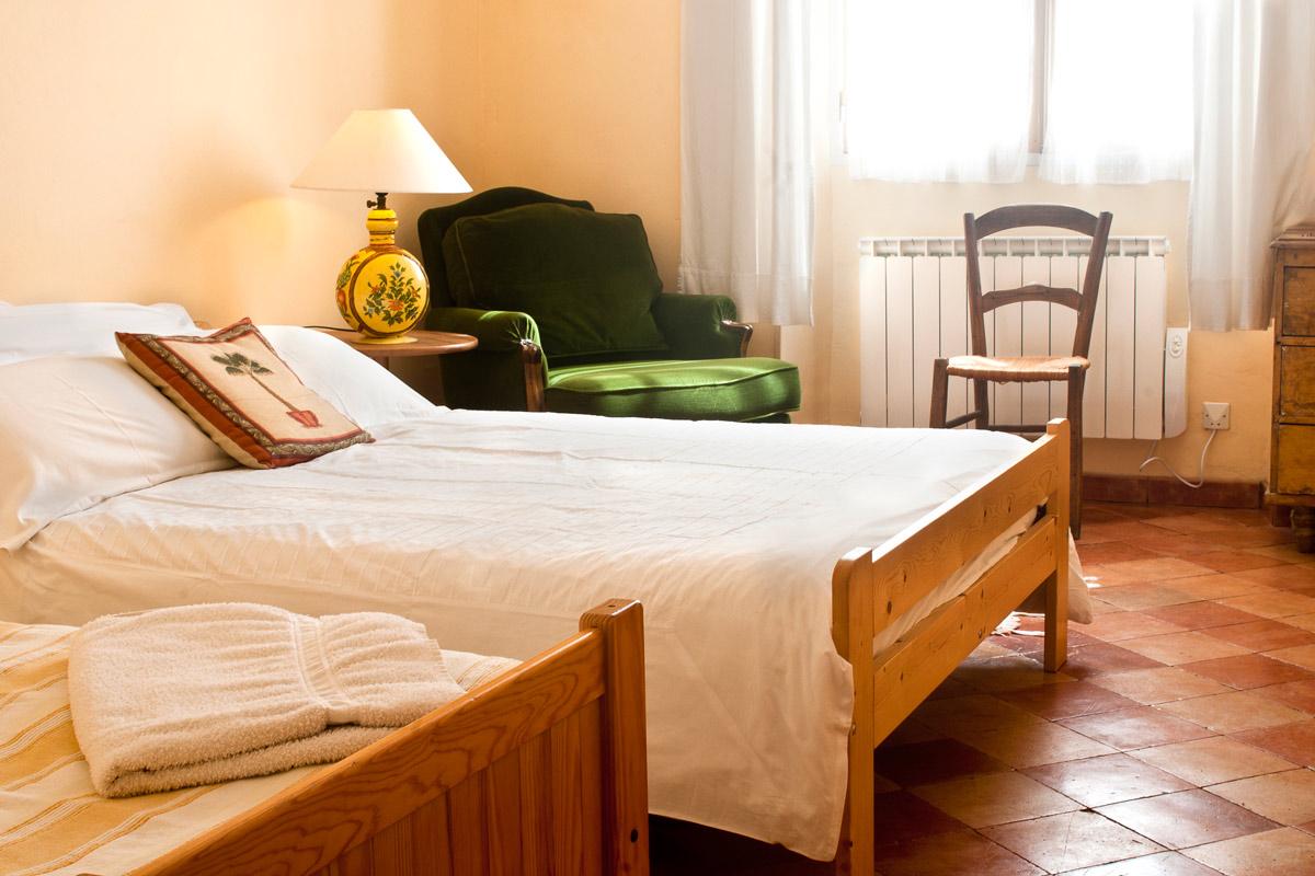 La seconde chambre est équipée d'un grand lit et d ́un lit simple.