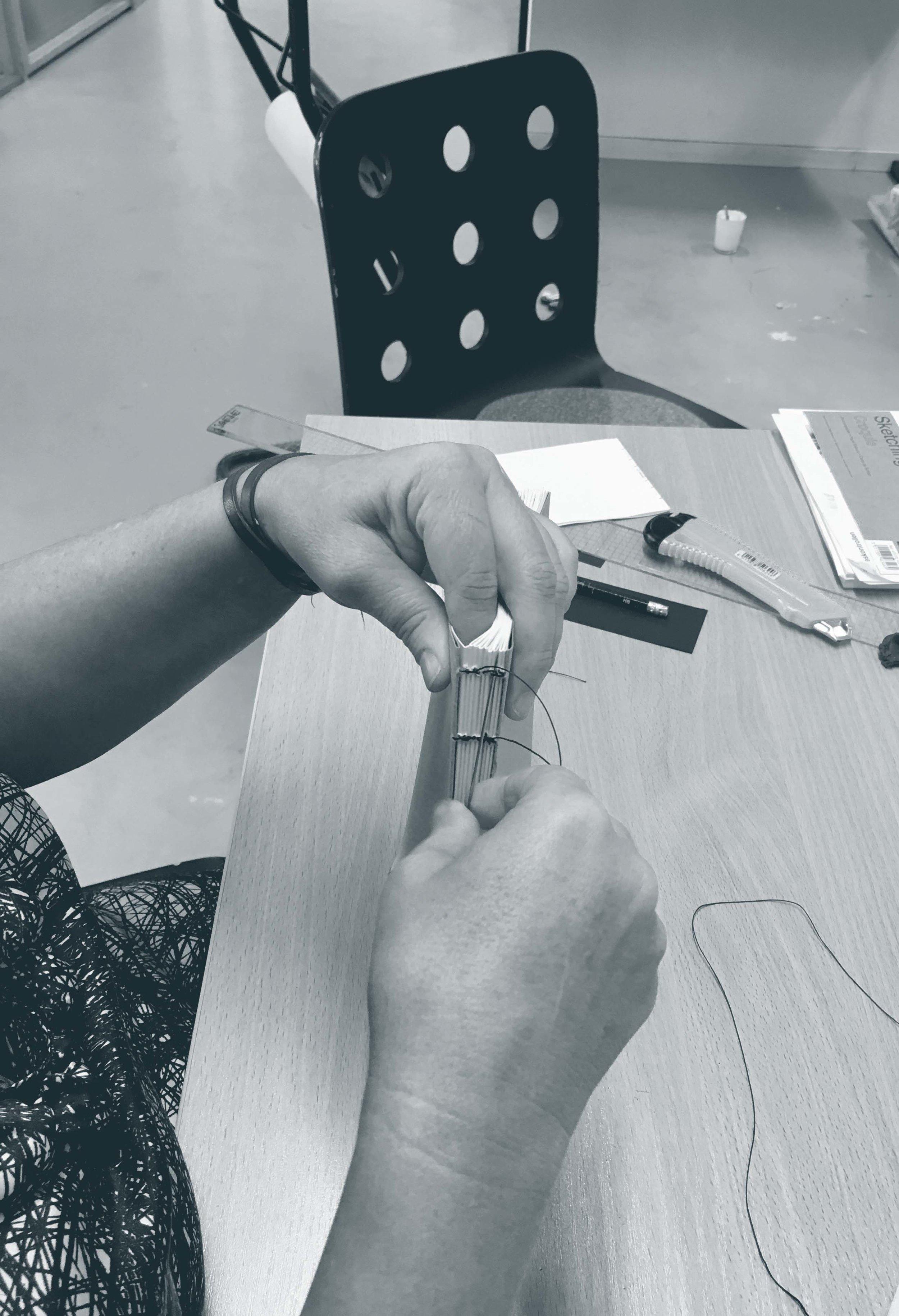 Studentene lærte blant annet bokbindingsteknikken «coptic binding» som Bransjen har brukt mye selv.