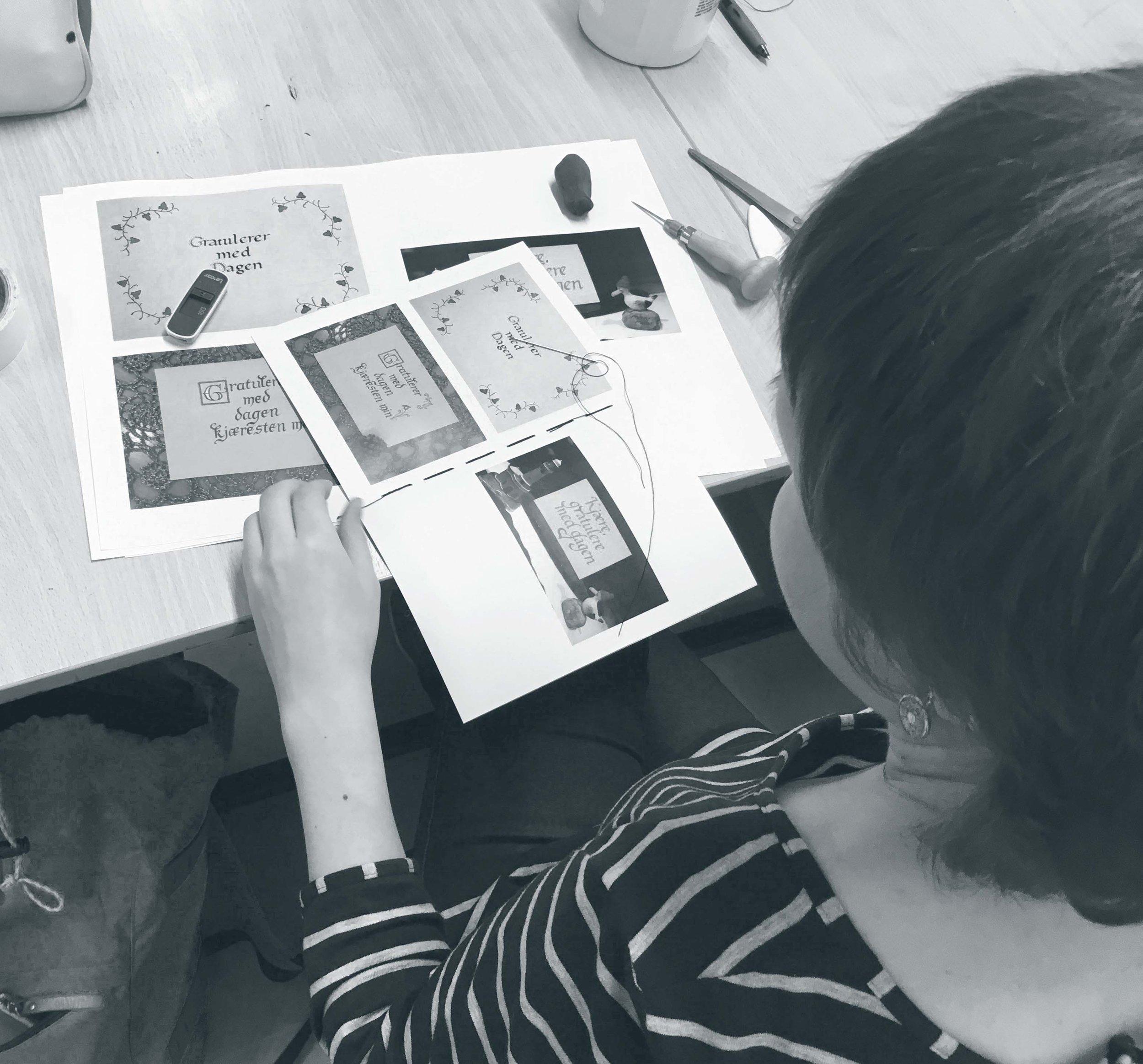 Flere av studentene sydde egne portfolioer.