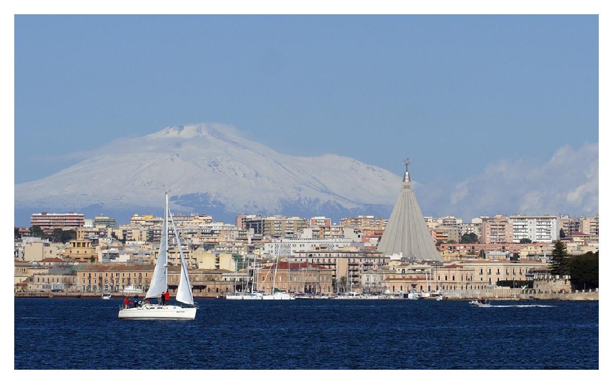 Barca_a_vela_santuario_ETNA_nel_porto_grande_di_siracusa.jpg