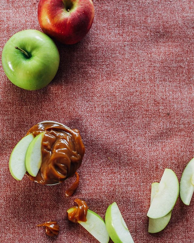 Fall apple picking and snacking has never been easier! 🍎Performance fabrics from @cryptonfabric mean you don't have to worry about spills or stains. So, get out the caramel and dip away! #falldecor #CalicoPerforms #cryptonfabric #applepicking