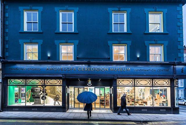 Amgueddfa Ceredigion, Aberystwyth yn edrych yn dda drwy'r dydd ag ar fin nos #Penseiri #Aberystwyth #amgueddfaceredigion  Gallwch weld fwy o luniau ar ei'n gwefan www.georgetomos.co.uk/public-buildings/