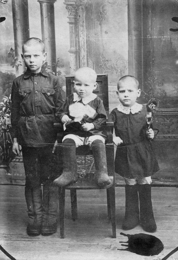 Chetkov with sisters 1936