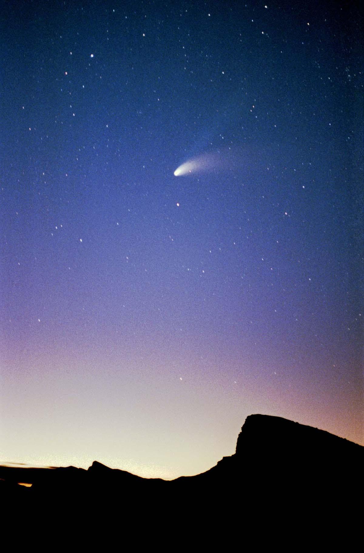 Comet Hale-Bopp. Alex Krainov shot this image at Zabriskie Point in Death Valley in April 1997. Image credit:Alex Krainov, CC BY-SA 3.0