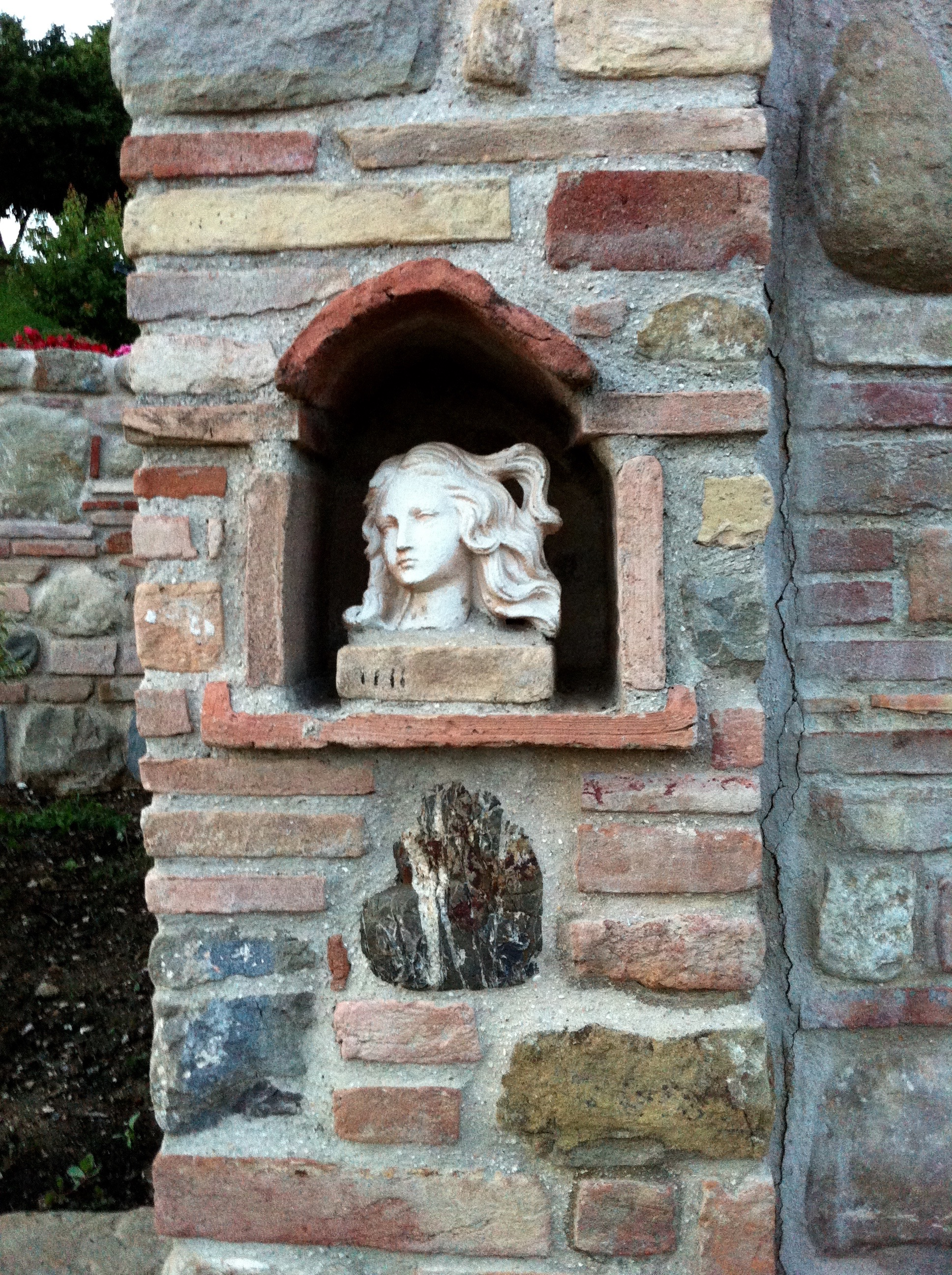 stone-wall-bust-girl-alcove.jpg