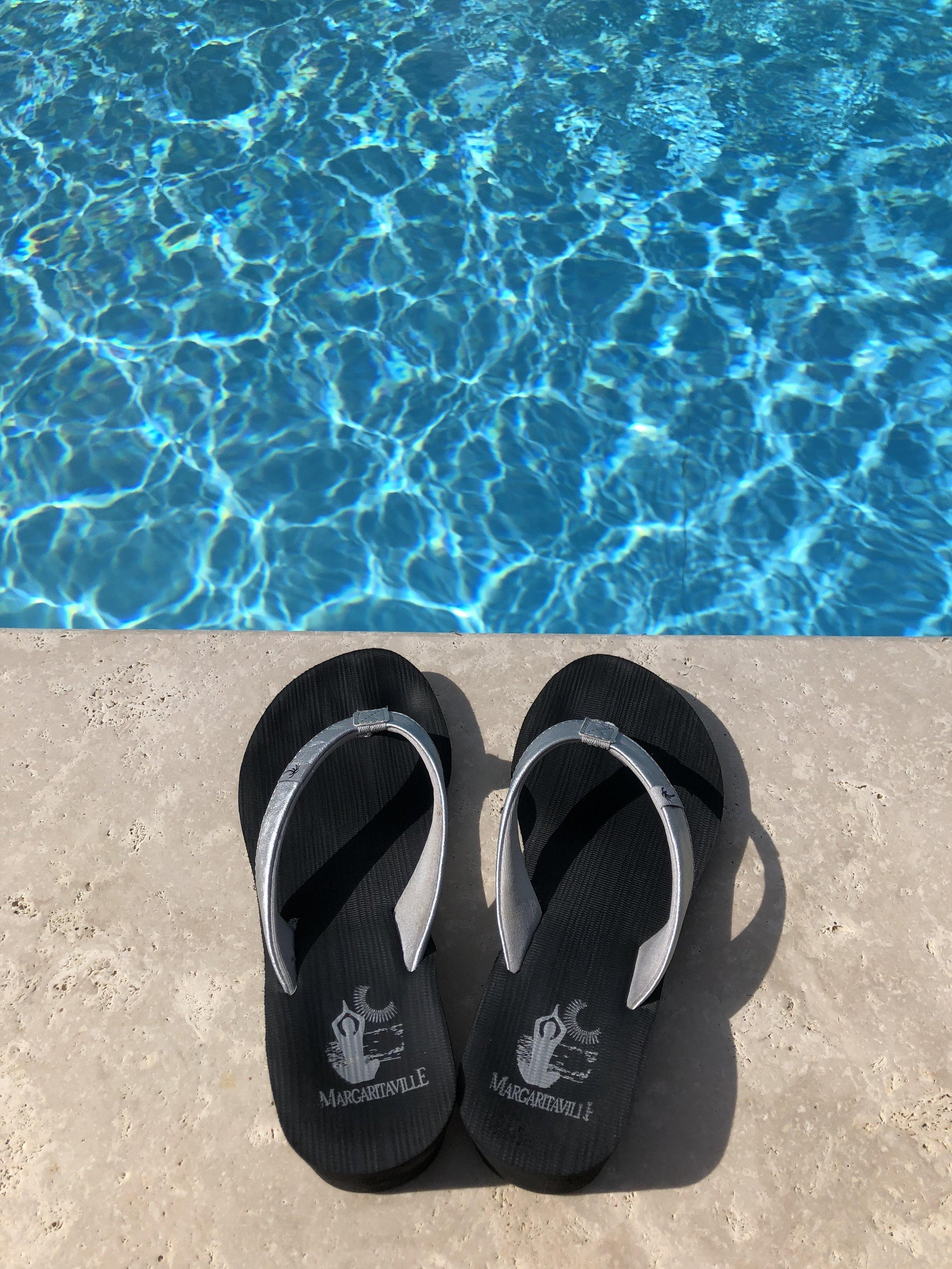 Glimsen-flip-flops-by-pool.jpg