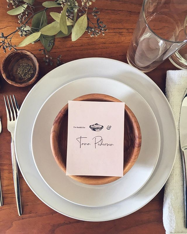 We created two posts with Thanksgiving place settings with place cards for your guests. Which do you prefer? Let's call this one option 2. (This place card is available for download on our blog. Link in bio) . . . . #thanksgivingtable #thanksgivingstyle #thanksgivingideas #thanksgivingplacecards #hostingthanksgiving #printables
