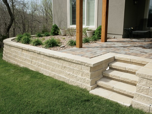 Classic straight look, generally each wall block has a flat surface and lines up exactly with each other.