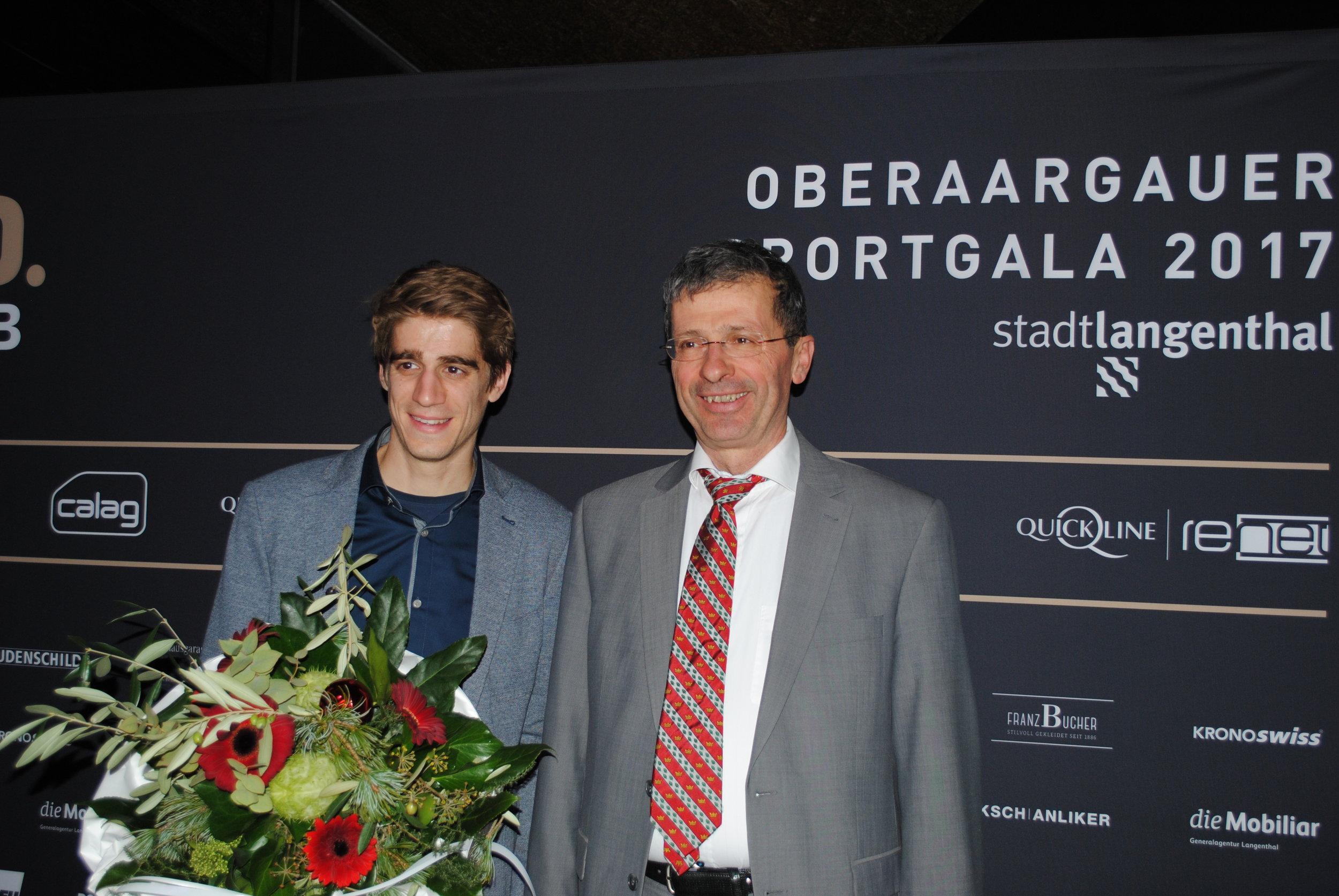 Stolzer Oberaargauer Sportler des Jahres mit dem stolzen Gemeindepräsidenten von Herzogenbuchsee.