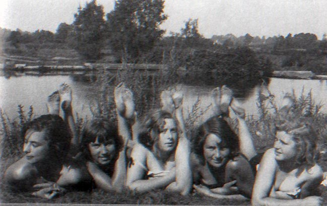By the Avon, 1930. Left to right: Poppet John, Jean - a friend, Nicolette Macnamara, Vivien John, Caitlin Macnamara.