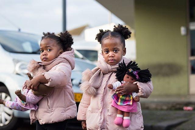 Dolls Het afgelopen half jaar heb ik voor Move over, I'm nextgewerkt aan een serie over een Rotterdammers die net als ik opgroeien tussen twee culturen. Wie zijn zij? Wat vinden zij belangrijk? Welke traditionele gebruiken houden zij vast? Aan de hand van 10 intieme portretten kruip ik dicht op de huid van een groep Rotterdammers die hun plek eisen in de documentatie van de stad.Vorige week leverde ik de serie en ontving ik mooiste compliment ooit! Opdrachtgever in tranen door de foto's! #gallerygirls #artgirls #artdaily  #artoftheday #art #kunst  #expo #rotterdam #artlover #artblogger  #artistlife #artblog #sheheragrot #artlover #photography #womeninart #rotterdam #rotterdammakesithappen #twins #melanin @rotterdamsbeeldfonds @rotterdam_makeithappen