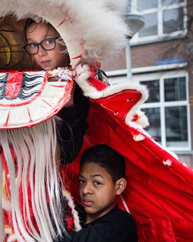 Dit portret haalde de selectie voor Move Over I am Next niet. Ik fotografeerde twee leerlingen bij Tai Chi Kung Fu Lion dance. Een leeuwendans is een dans uit de eeuwenoude Chinese traditie en wordt geacht geluk en voorspoed te brengen. De leerlingen zijn beide kwart Chinees. Beide spreken ze geen Mandarijn (of een ander dialect) maar met de leeuwendans geven de ouders toch de Chinese traditie door. #gallerygirls #artgirls #artdaily  #artoftheday #art #kunst  #expo #rotterdam #artlover #artblogger  #artistlife #artblog #sheheragrot #artlover #photography #womeninart #rotterdam #leeuwndans #liondance #melanin #representationmatters