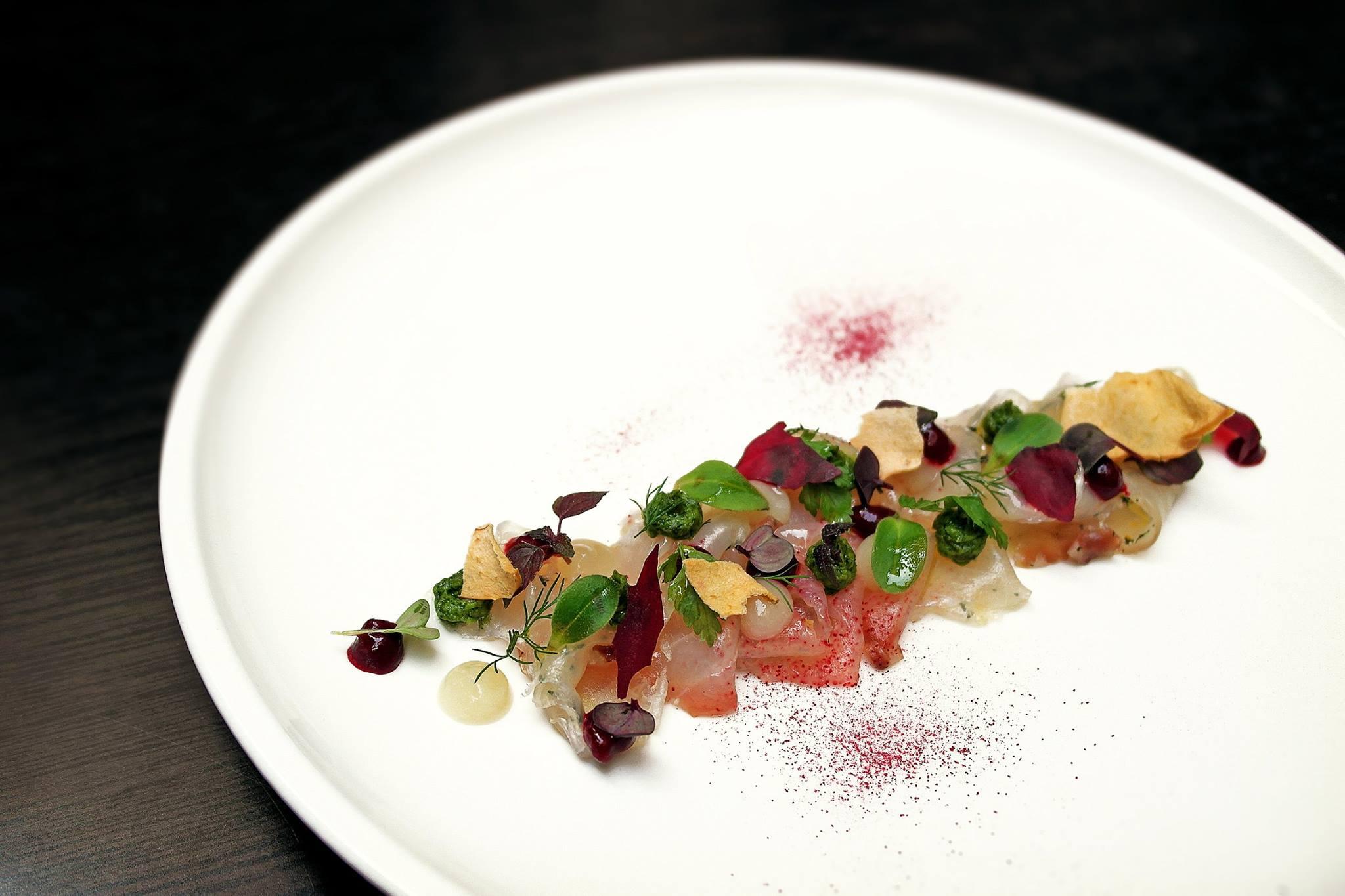 Storione marinato alle erbe, zenzero, soia e succo di rape rosse, salsa verde, mela al rafano.Facebook/Il Chiostro di Andrea
