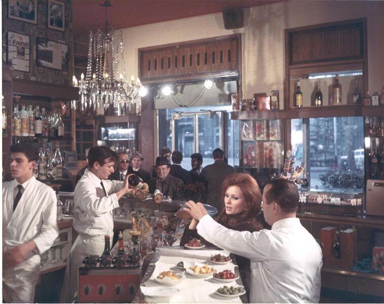 Il Bar Basso è un'istituzione milanese, della famiglia Stocchetto dal 1967 ha visto la nascita del Negroni  Sbagliato .