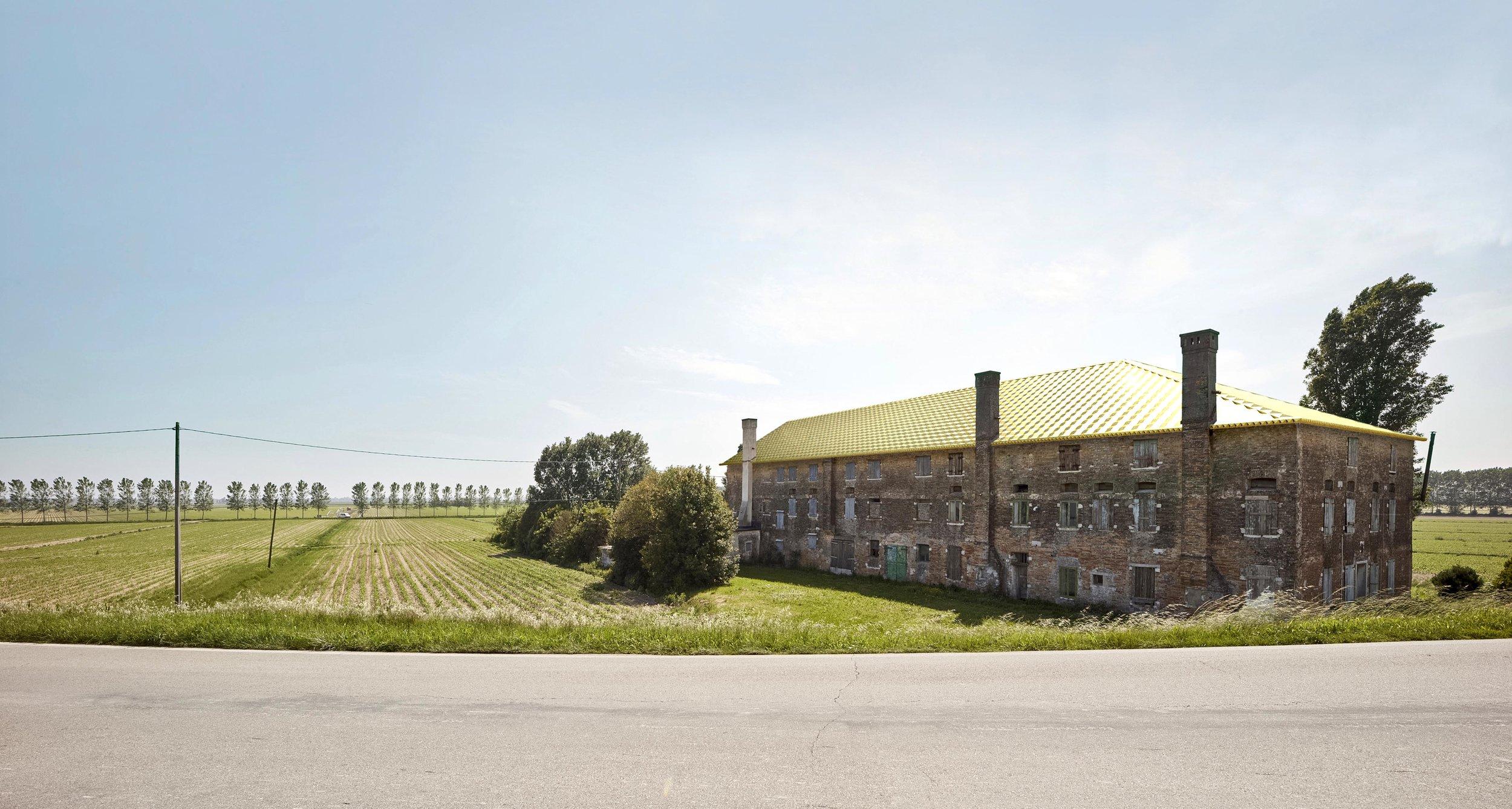 Alberto Garutti,  Il grande tetto dorato rende prezioso questo antico casale. Quest'opera è dedicata alla sua storia e a coloro che passando di qui immagineranno le sue stanze vuote riempirsi nuovamente di vita. , 2017.