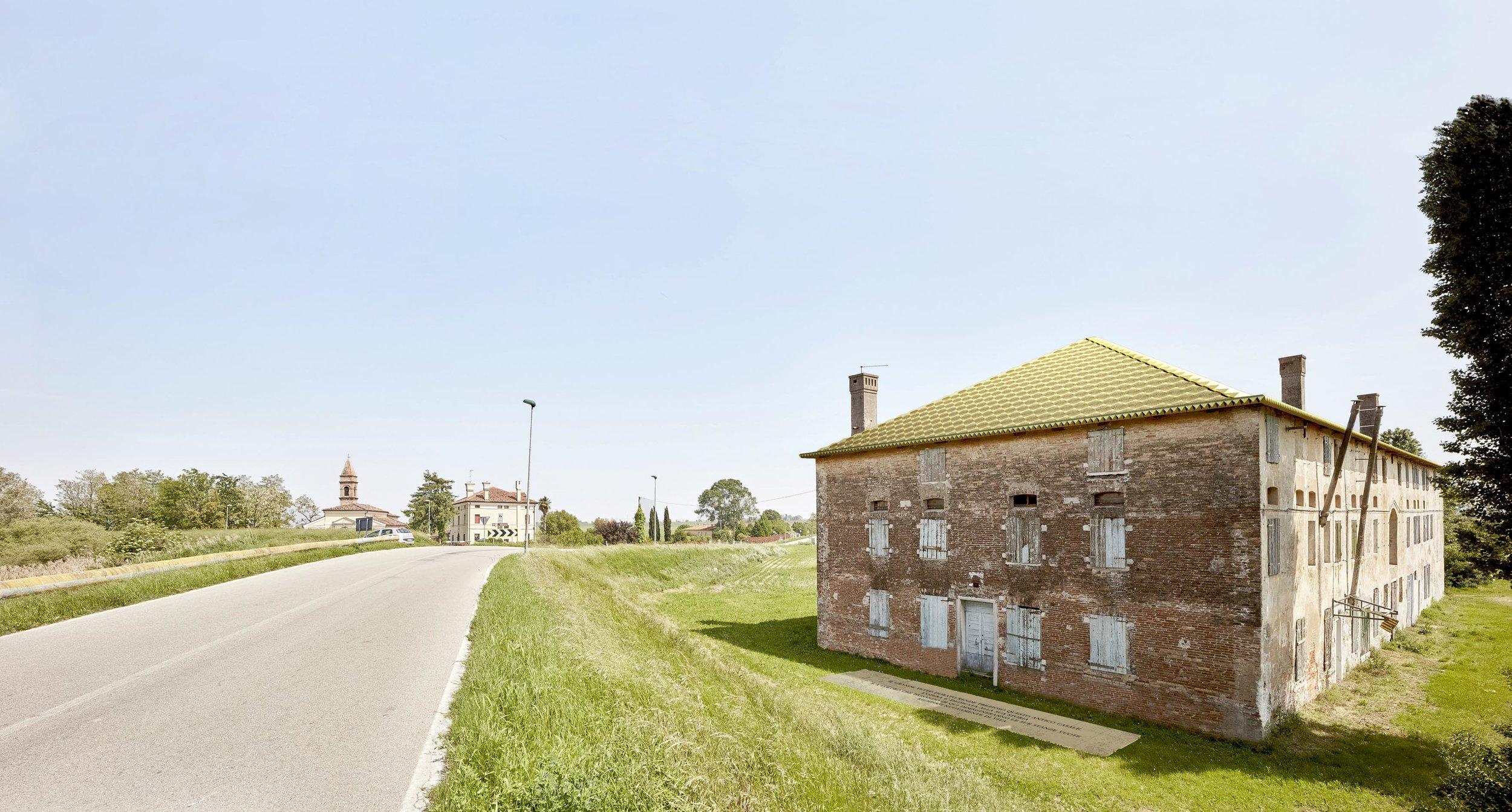 Alberto Garutti,  Il grande tetto dorato rende prezioso questo antico casale. Quest'opera è dedicata alla sua storia e a coloro che passando di qui immagineranno le sue stanze vuote riempirsi nuovamente di vita. , 2017