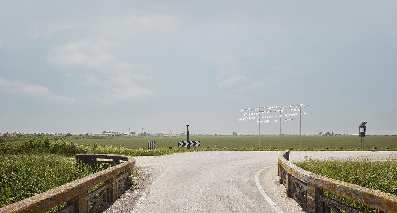 Alberto Garutti, Queste luci vibreranno quando in Italia un fulmine cadrà durante i temporali. Quest'opera è dedicata a chi passando di qui penserà al cielo, 2017.