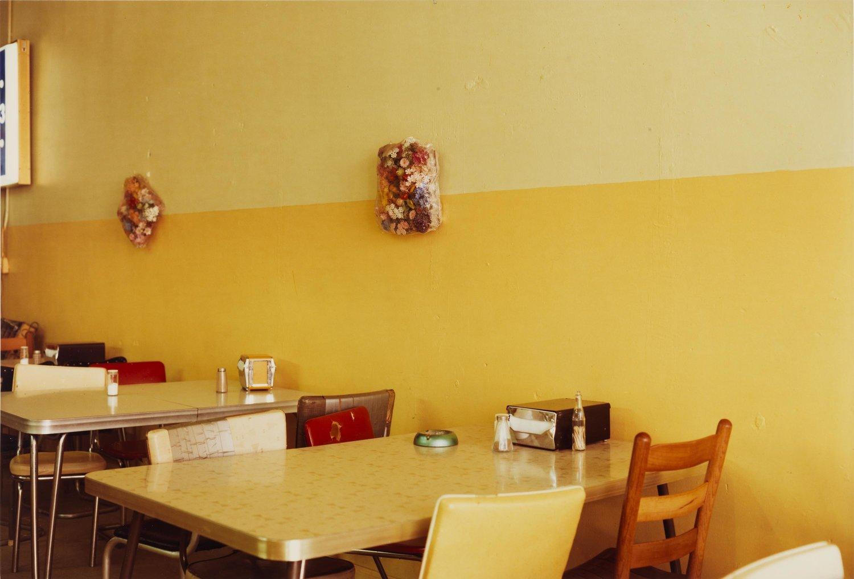 """William Eggleston, Senza Titolo, 1976; dalla serie Election Eve; con la ricetta di William Eggleston """"Cheese Grits Casserole"""" © Eggleston Artistic Trust, Courtesy Cheim & Read, New York."""