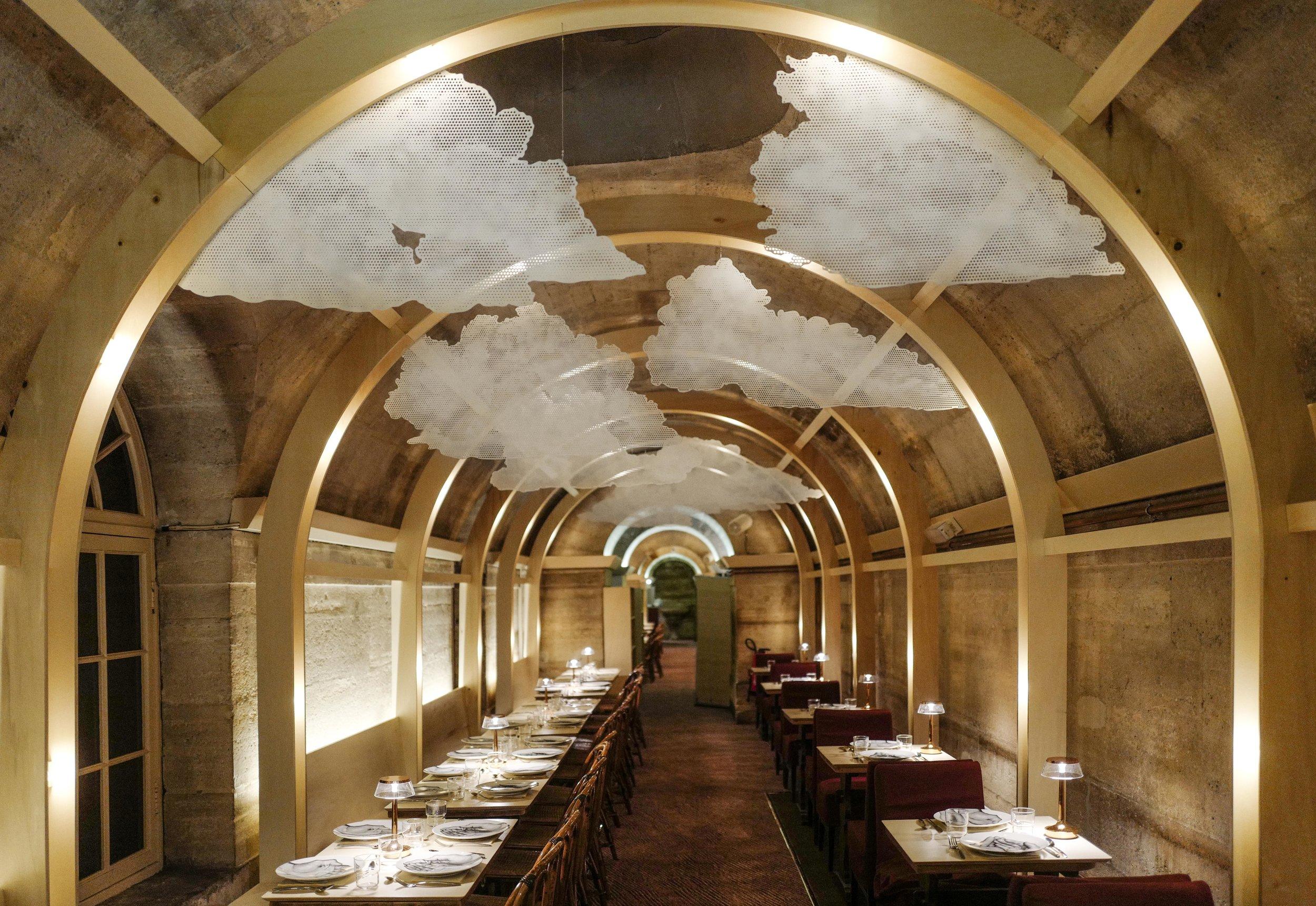 L'interno del Refettorio Paris nella cripta della Chiesa della Madeleine a Parigi,