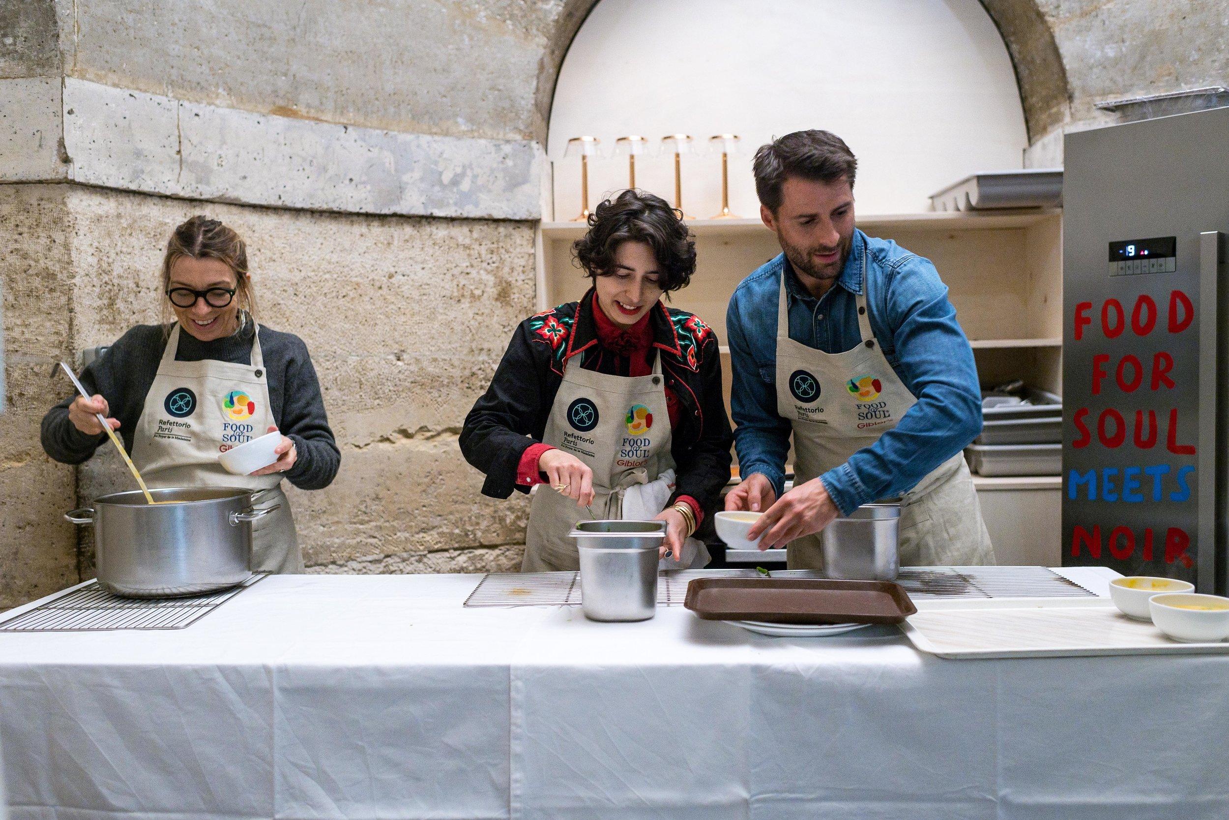 I volontari al lavoro nel Refettorio Paris di Food for Soul.