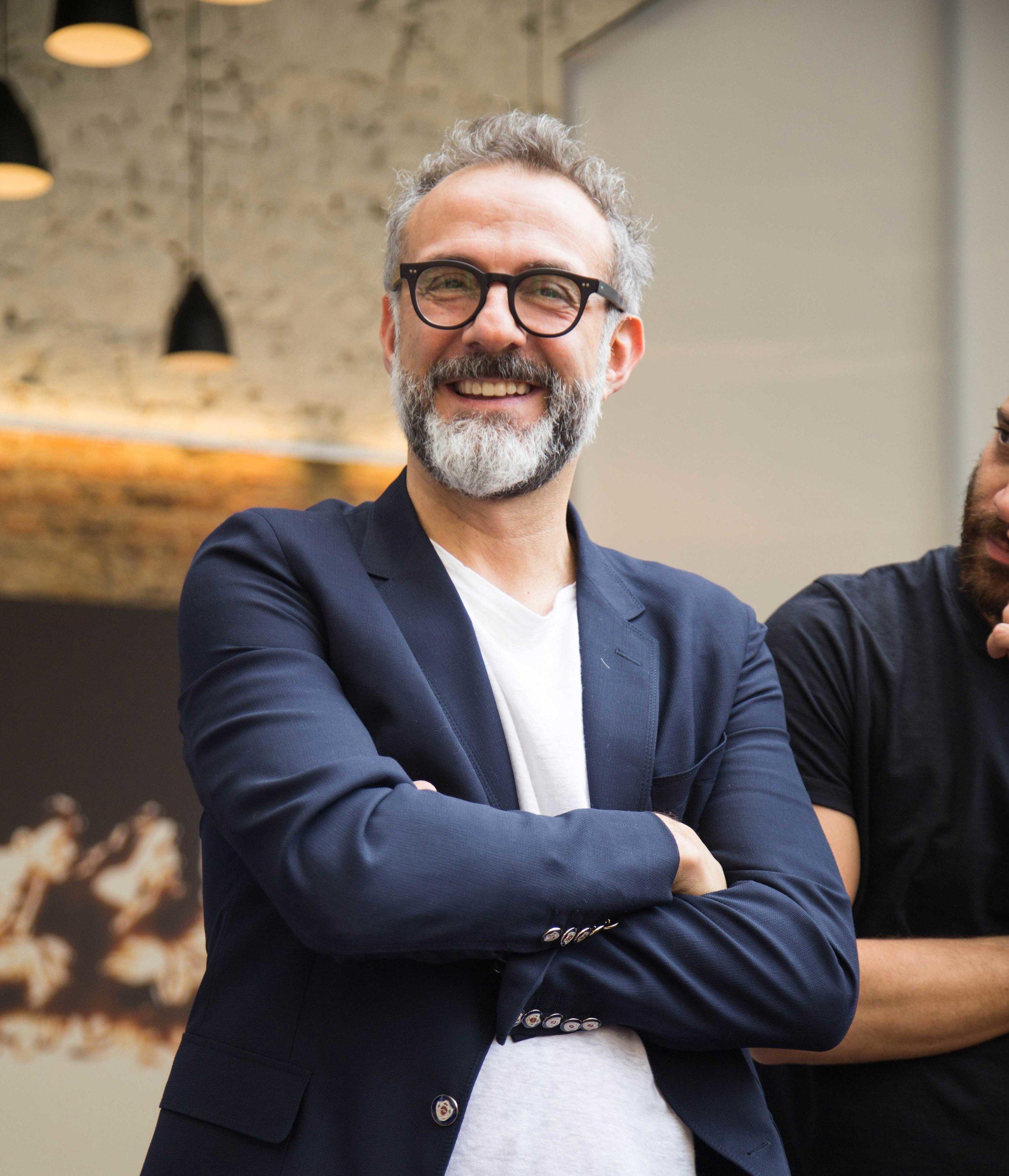 Massimo Bottura al recentemente inaugurato refettorio paris, l'ultima cucina solidale aperta dalla sua associazione food for soul.