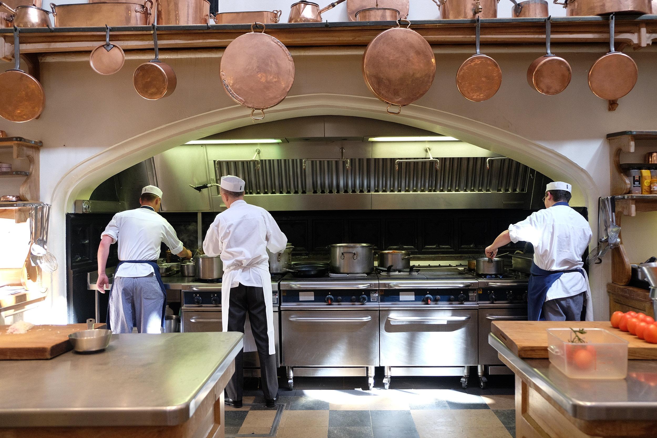 Il personale lavora senza sosta nelle cucine di Windsor per realizzare il banchetto reale.