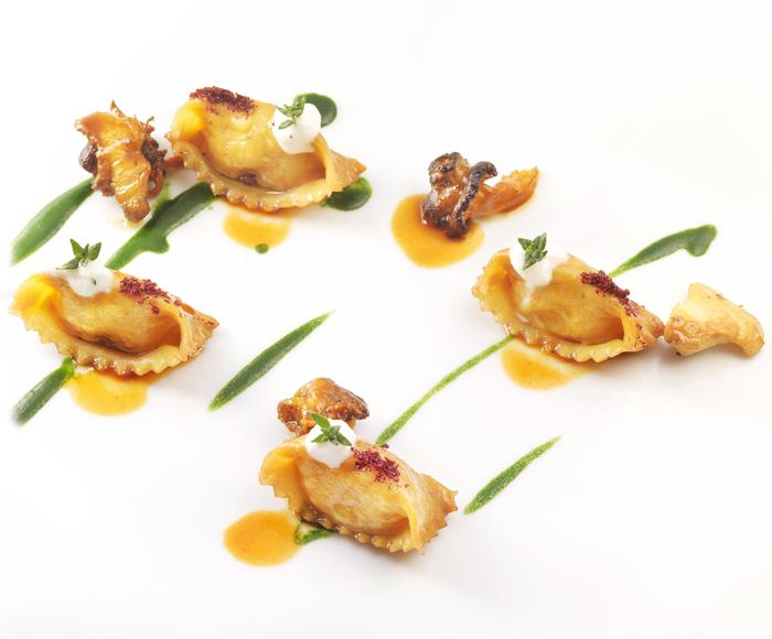 Ravioli di pollo alla cacciatora, cavolo nero e finferli.