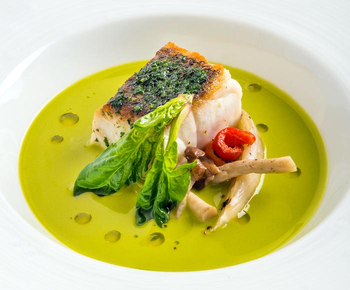 Trancio di pesce bianco in crosta di erbe aromatiche con variazione di clorofilla