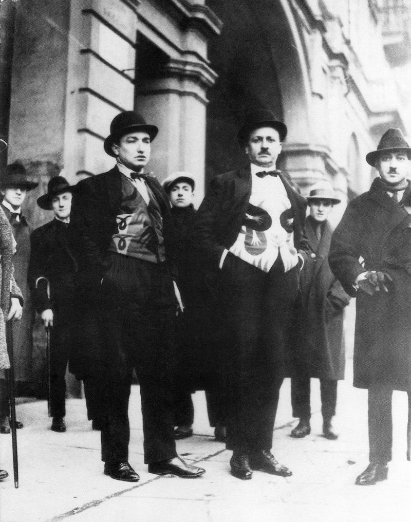 """In prima fila Depero, Marinetti e Cangiullo nel 1924 con panciotti """"futuristi""""."""