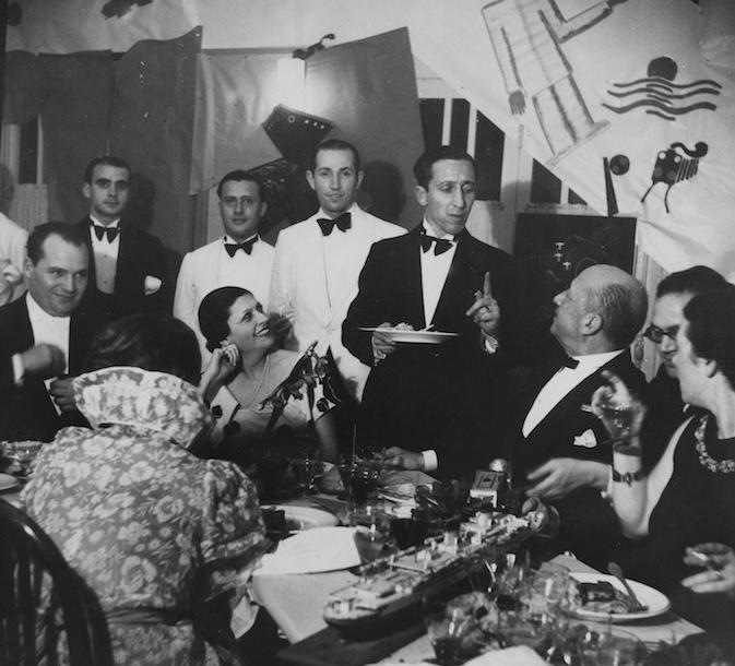 Marinetti e altri ospiti durante una cena nel ristorante futurista SantoPalato a Torino.