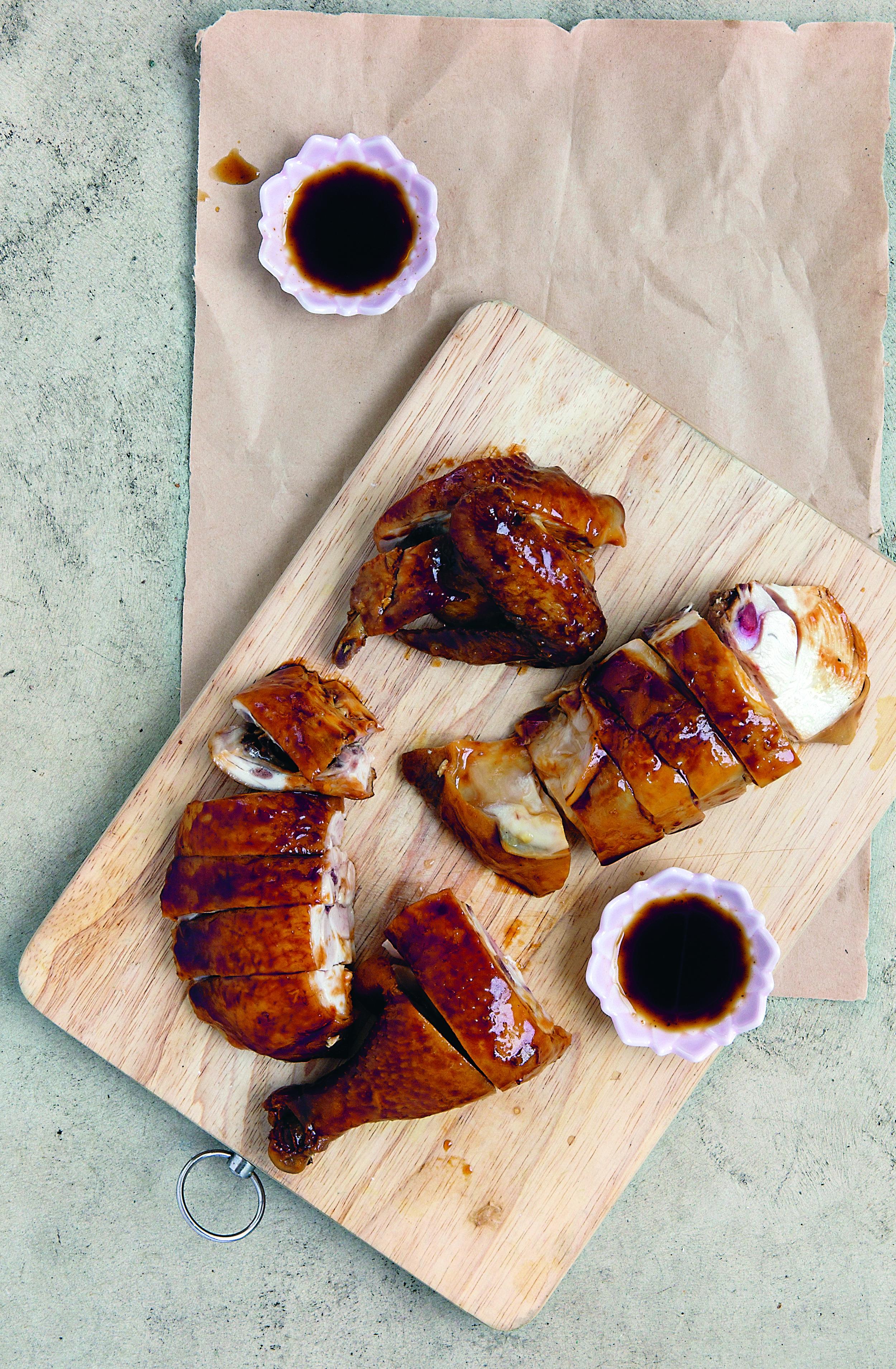 """Il padre di Diora è stato caporedattore e critico alimentare di un importante quotidiano di Hong Kong, e il suo libro in dieci volumi """"Food Classics"""", pubblicato nel 1953 e ancora oggi in stampa, è stato a lungo considerato la bibbia cinese del cibo. Nella foto il Pollo in salsa di Soya."""