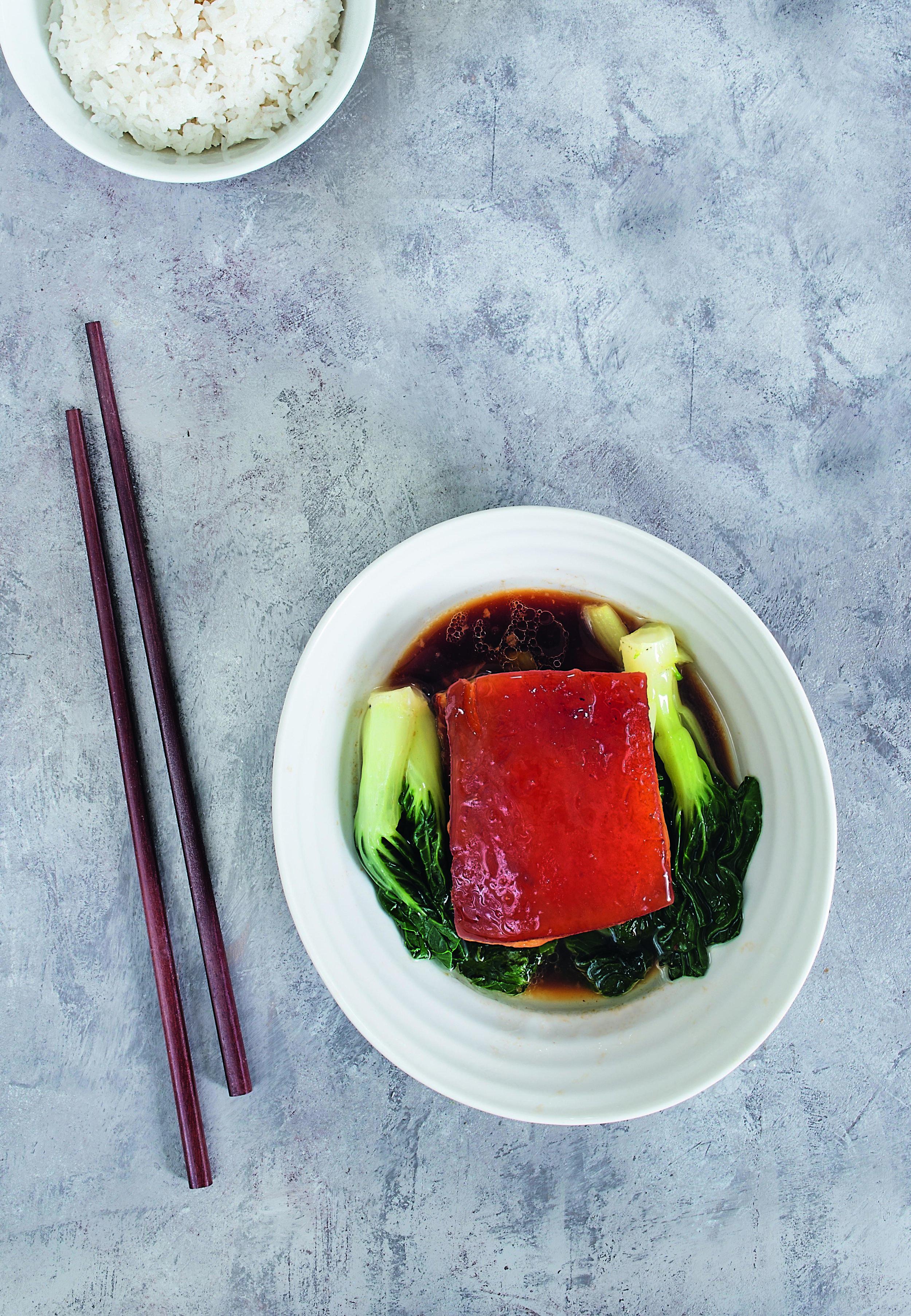 Il libro si apre con un'intuitiva e coinvolgente introduzione in cui gli autori condividono l'affascinante storia della cucina e della cultura regionale cinese. Nella foto il maiale alla Dongpo.