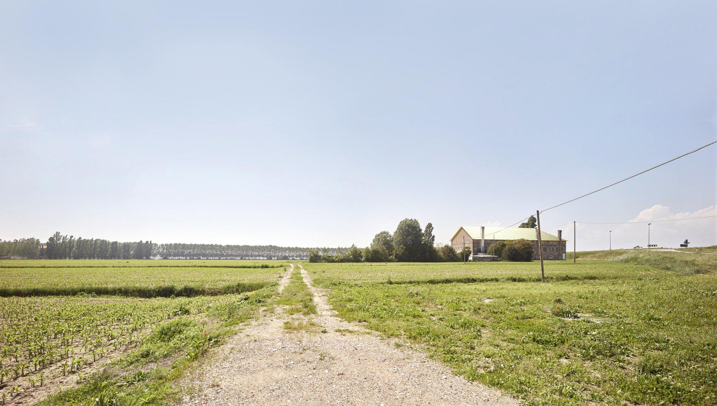 Alberto Garutti, Il grande tetto dorato rende prezioso questo antico casale. Quest'opera è dedicata alla sua storia e a coloro che passando di qui immagineranno le sue stanze vuote riempirsi nuovamente di vita , 2017.