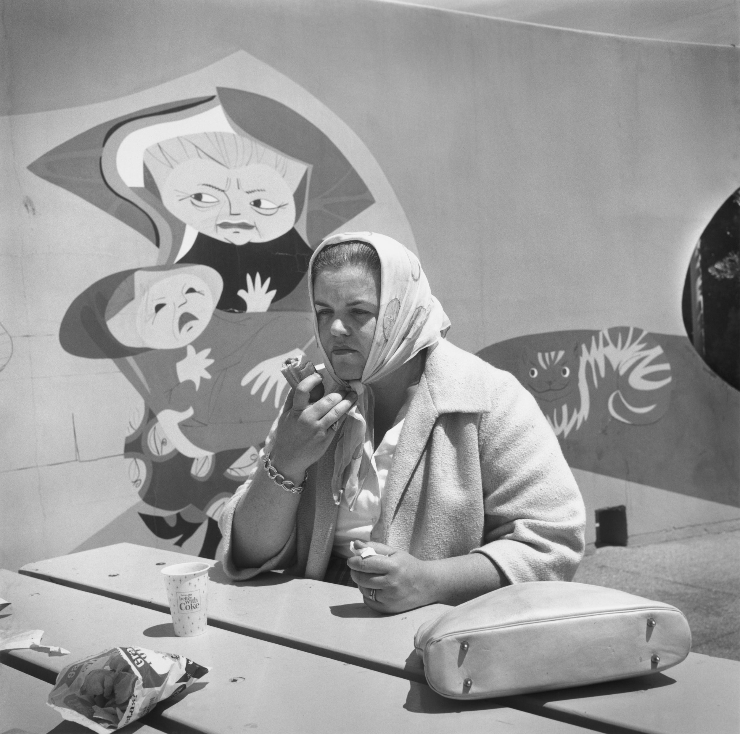 "Athur Tress, Nursing the ""Dog"", Playland, San Francisco, 1964, con la ricetta Sweet and Sour Broccoli. © Arthur Tress"