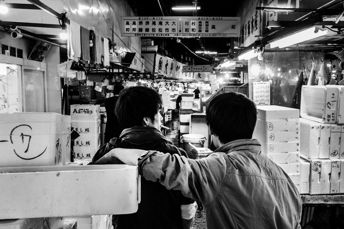 In oltre due anni di lavoro, il fotografo Nicola Tanzini ha realizzato un reportage sul mercato ittico di Tsukiji colto nel momento di dismissione delle attività che precedono la chiusura, quando tutto finalmente si ferma e gli operatori possono sospendere l'attività lavorativa, già in corso da molte ore prima dell'alba.